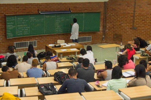 Imagem de um professor em sala de aula para ilustrar o calendário de avaliações do MEC
